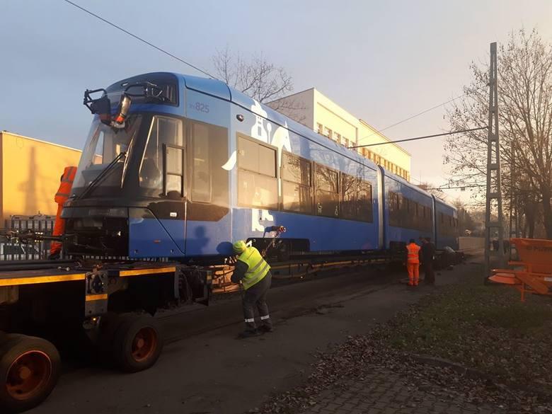 Pierwszy nowy tramwaj jest już w Krakowie. Przyjechał na lawecie [ZDJĘCIA]