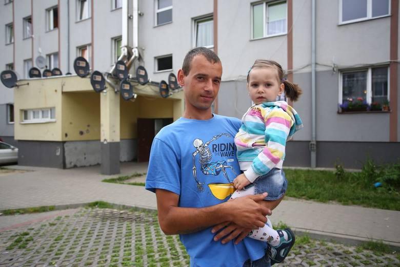 - Mieszkam tu dopiero od dwóch tygodni, nie jest źle, tylko weekendami trochę głośno – mówi Bartłomiej Augustyniak z córką Nadią, lokator jednego z bloków