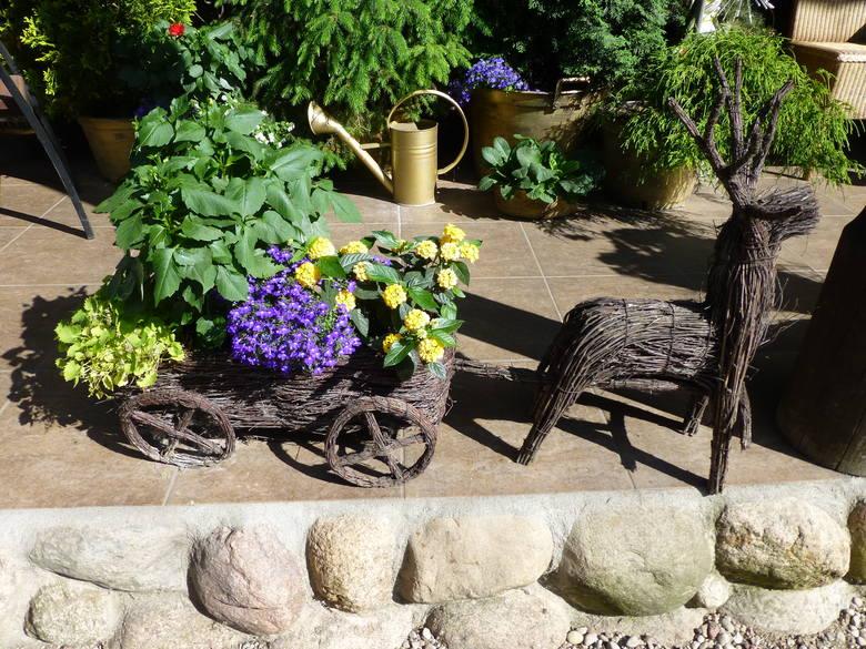 Dekoracja ogrodowa z wikliny.