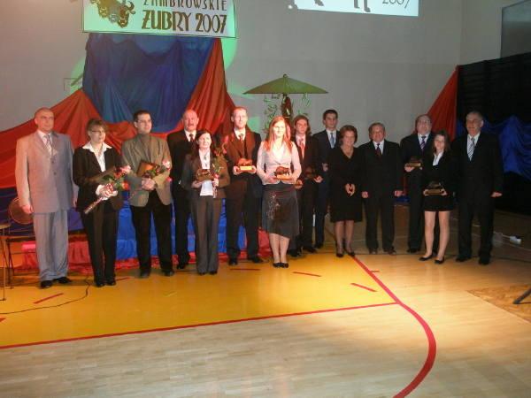 Tegoroczni laureaci zambrowskich Żubrów odebrali statuetki podczas uroczystej gali. Imprezę uświetniły występy zespołu Camerata i grupy taneczno-akrobatycznej