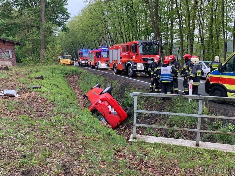 W czwartek o godz. 18.28 na obwodnicy Osowca, koło przejazdu kolejowego, kierująca samochodem Opel Agila straciła panowanie nad autem i wpadła do rowu.