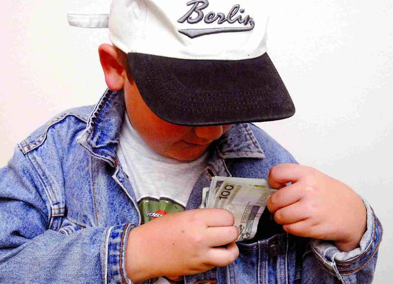 9-latek z plikiem banknotów wzbudził podejrzenia ochroniarza sklepu. Fakt, nieczęsto w hipermarkecie spotyka się takich klientów.