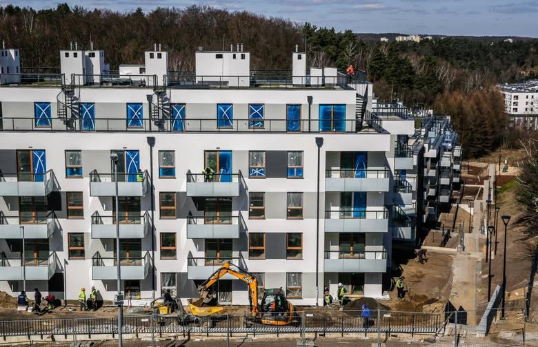 Mieszkania i domy mimo kryzysu wywołanego przez koronawirusa wciąż nie tanieją, za to trudniej dostać na nie kredyt.