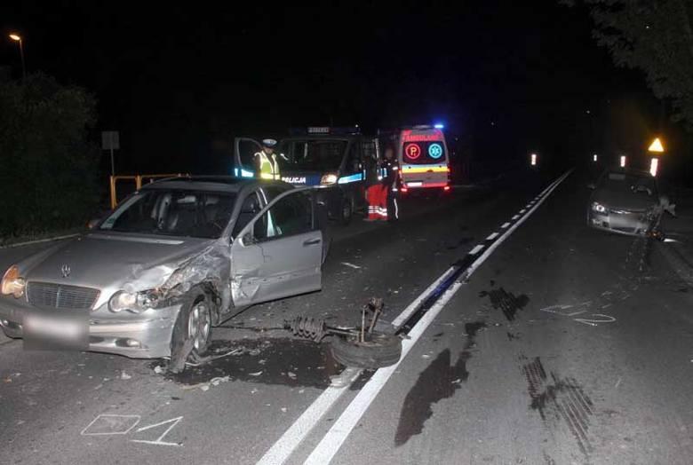 Ul. Popiełuszki: Wypadek pijanej i poszukiwanej kobiety w kradzionym samochodzie (zdjęcia)
