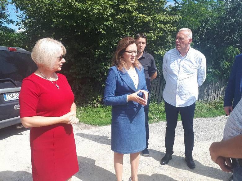 Od lewej Katarzyna Kondziołka burmistrz Zawichostu i Agata Wojtyszek w terenie na odbiorze dróg.