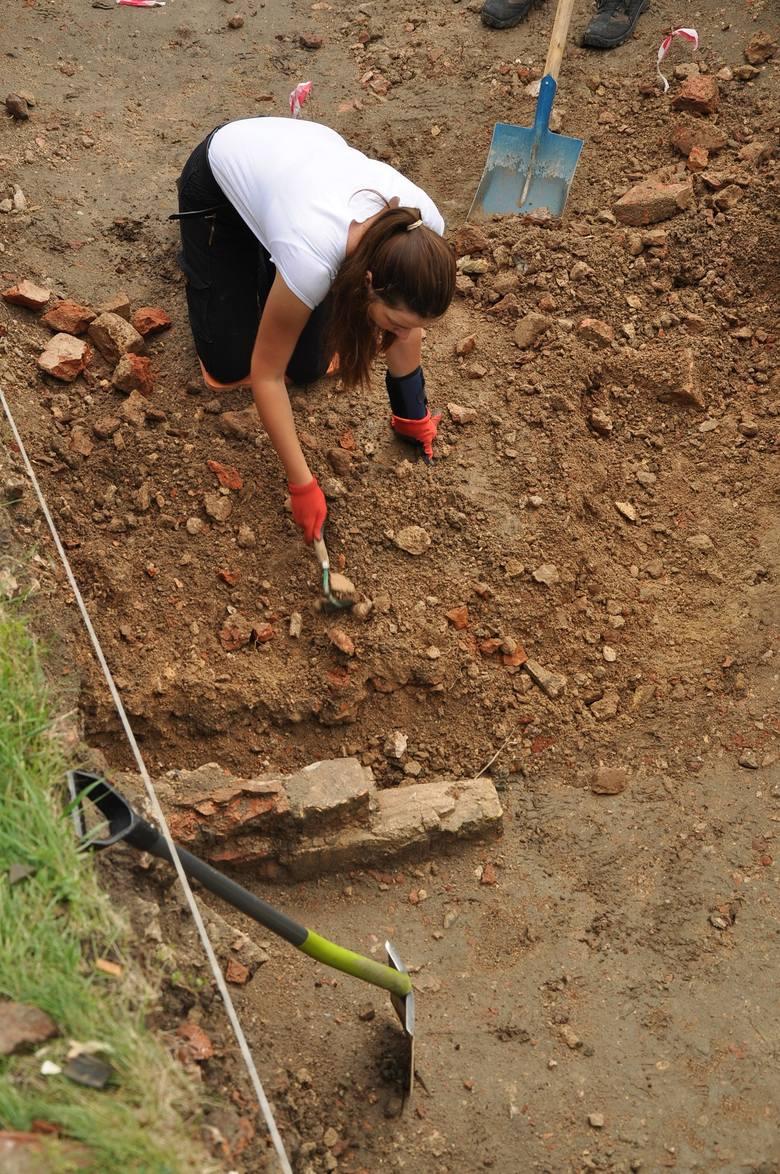 Archeologom udało się ustalić, że w miejscu zamku murowanego istniała wcześniej krzyżacka warownia drewniano-ziemna