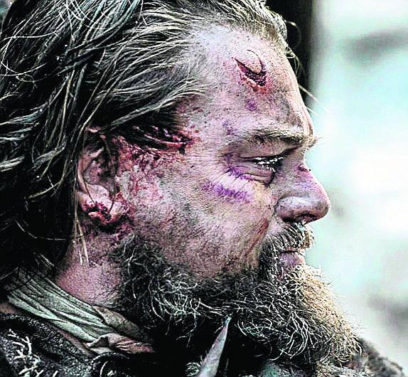 """Rolą w dramacie """"Zjawa"""" Leonardo DiCaprio po raz piąty sięga po Oscara.  Wreszcie powinno się udać!"""