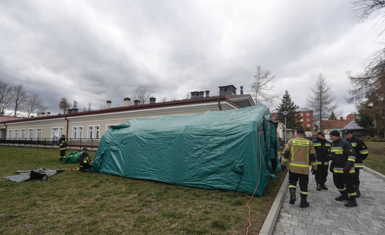 Przed szpitalem zakaźnym w Łańcucie strażacy rozstawili dziś specjalny namiot. Jest to tzw. pierwsza izba przyjęć, gdzie będą klasyfikowani pacjenci.