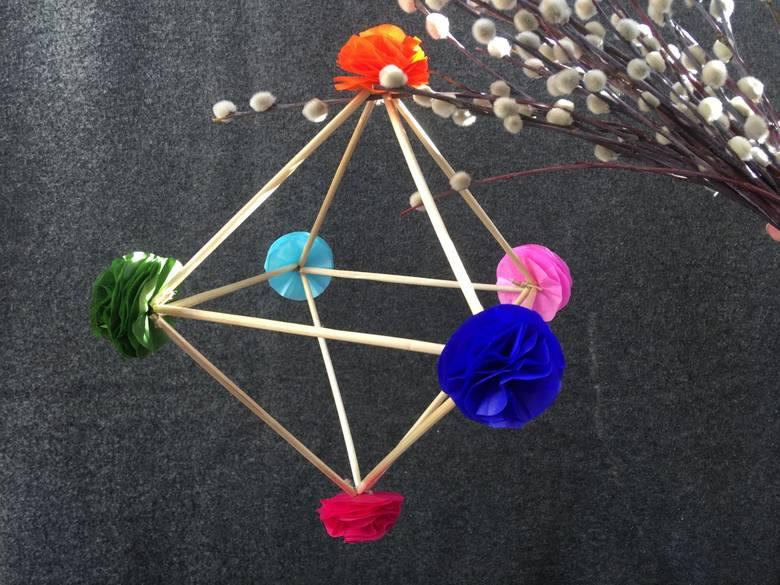 Muzeum Wsi Radomskiej uczy, jak zrobić dekoracyjnego pająka.