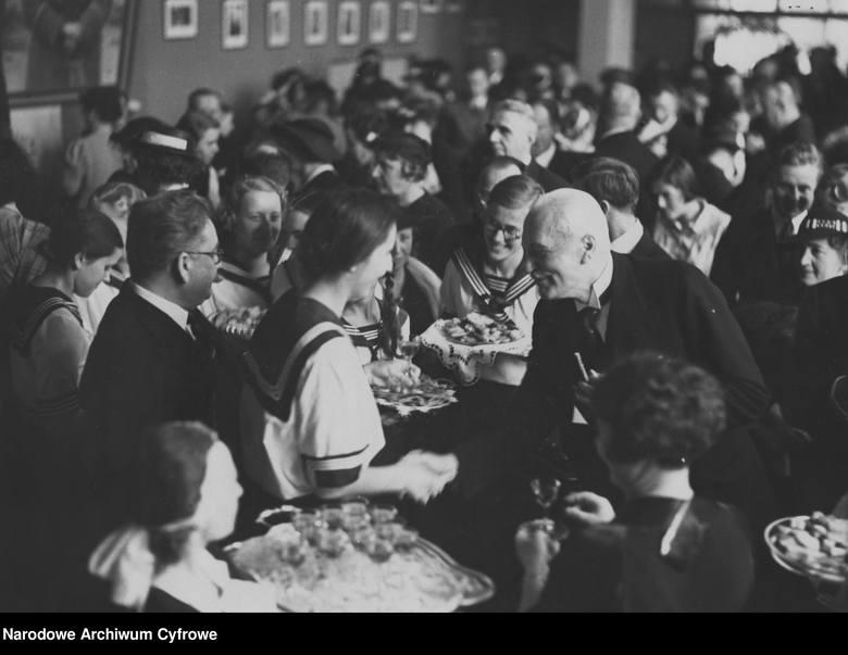 W Polsce egzamin dojrzałości prawdopodobnie wprowadzono już w latach 20. XIX wieku. Opis zdjęcia:Bal maturalny w Gimnazjum Żeńskim Wandy z Posseltów