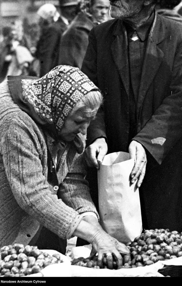 Na zdjęciu: uliczna handlarka1931 rok.