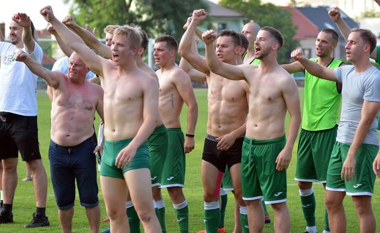 Piłkarze Wisłoki Dębica wysoko ograli Stal Gorzyce w ostatnim meczu sezonu i choć awans wywalczyli wcześniej, to dopiero w sobotę mogli świętować wspólnie