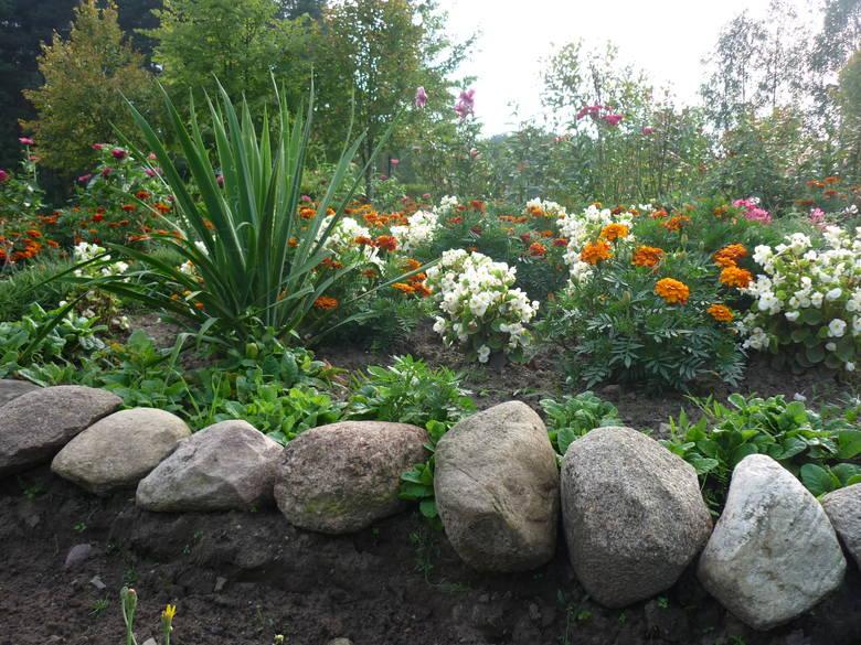 Kamienne dekoracje w ogrodzie.