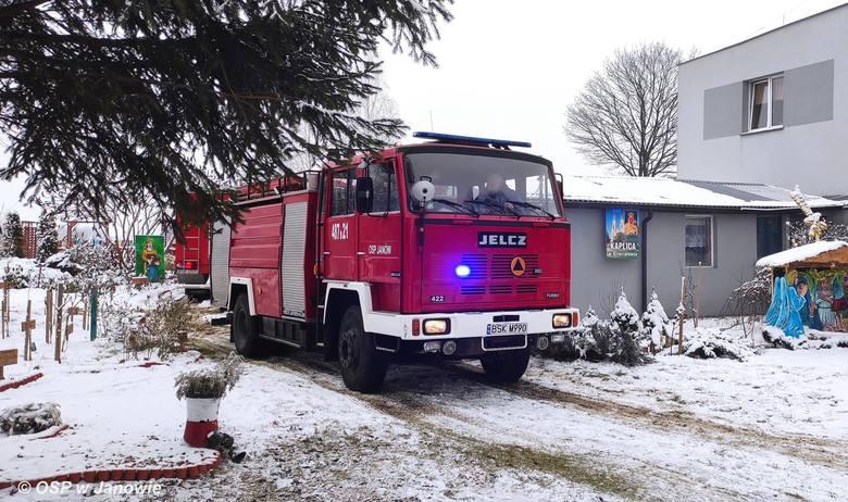 Dzięciołówka. Strażacy z trzech powiatów gasili pożar DPS. 30 pensjonariuszy ewakuowanych [ZDJĘCIA]