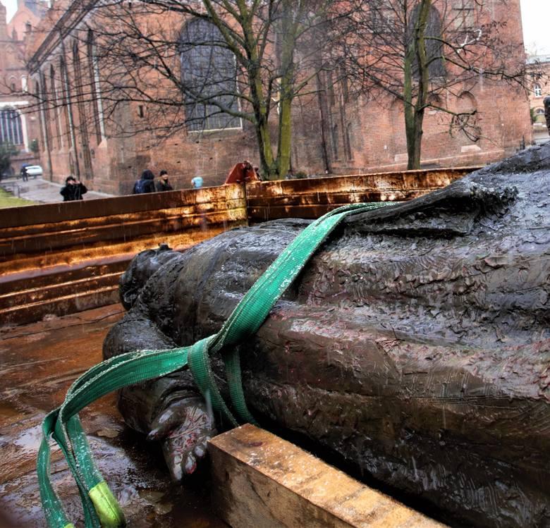 Przewrócono pomnik ks. Henryka Jankowskiego w Gdańsku 21.02.2019. Trzej mężczyźni zrobili to, aby