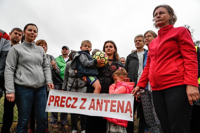 """Dziś o godz. 9 na prywatnej posesji tuż obok stacji paliw """"Orlen"""" zebrali się mieszkańcy łańcuckiego osiedla. Wspólnie protestowali przeciwko planom"""