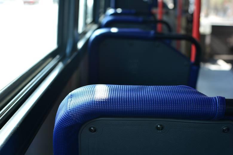 SIEDZENIA: WszyOd drobnoustrojów nie są wolne siedzenia. Czają się w nich m.in. wszy. W ciepłym otoczeniu potrafią przeżyć nawet kilka dni.Jak się zabezpieczyć?