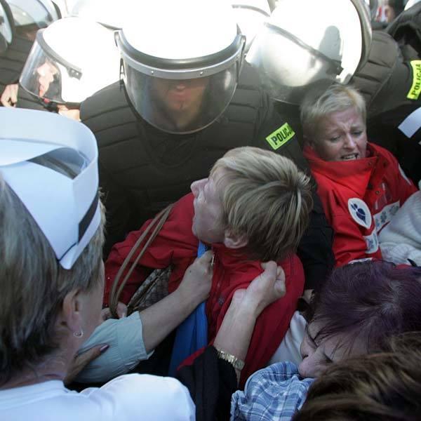 Protestujące pielęgniarki policja usuwała w środę z ulicy siłą. Dwie kobiety trafiły do szpitala. Jedna z nich, nadal w nim przebywa.