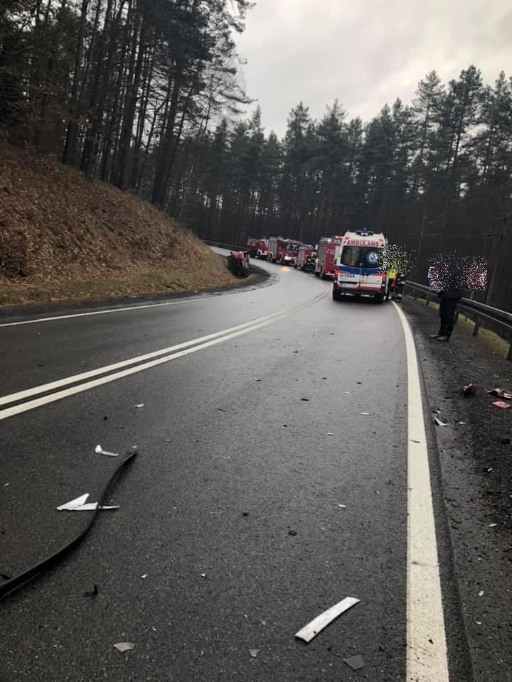 Dzisiaj (sobota) doszło do wypadku w Węgorzynku (gm. Miastko) na drodze krajowej nr 21. Kierująca samochodem ford focus straciła panowanie nad pojazdem,