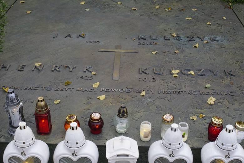 Poznaniacy w dzień Wszystkich Świętych pamiętali także o Krystynie Feldman i Janie Kulczyku. Na grobach znanych poznaniaków płoną znicze i są świeże