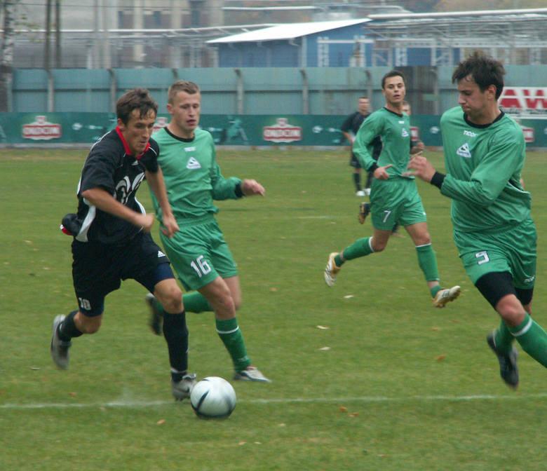 W 2006 roku 19-letni Mateusz Wawryka (w czarnym stroju) występował w III-ligowym wówczas zespole Okocimskiego Brzesko. W tym sezonie znów zagra w drużynie