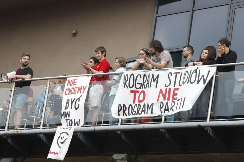 Na terenie Wydziału Ekonomiczno-Socjologicznego Uniwersytetu Łódzkiego odbył się w środę (13 czerwca) protest przeciw reformie nauki, którą wicepremier