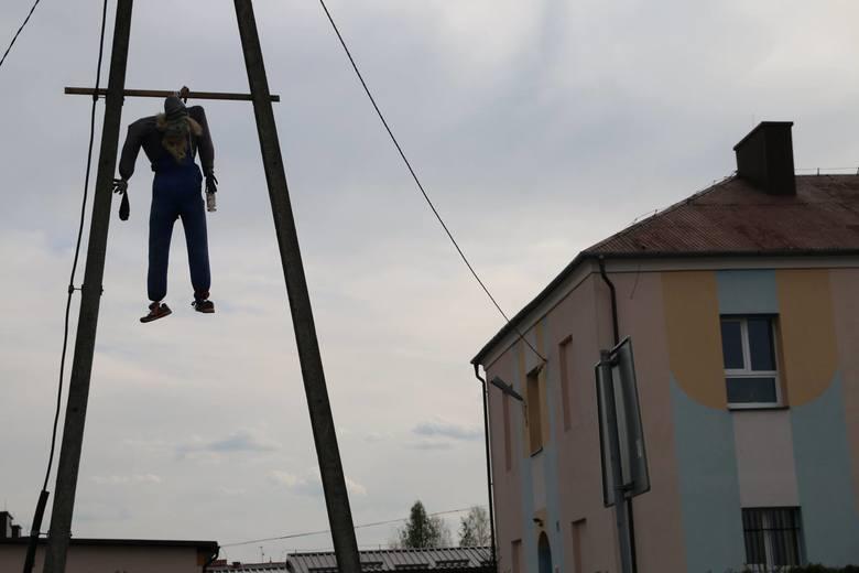 Kukła zawieszona w Tarnogórze w gm. Nowa Sarzyna.