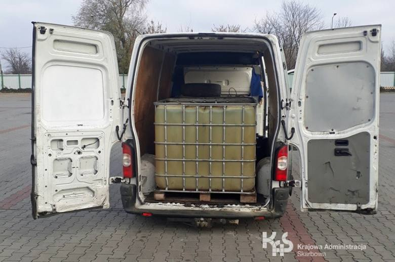 Ponad 3000 litrów nielegalnej substancji ropopochodnej zatrzymali w pobliżu Torunia kujawsko-pomorscy funkcjonariusze z Krajowej Administracji Skarbowej.