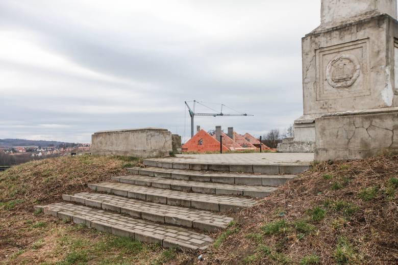 Kraków. Obudowa pomnika na Wzgórzu Kaim trwa w najlepsze. Powstają kolejne domy [ZDJĘCIA]