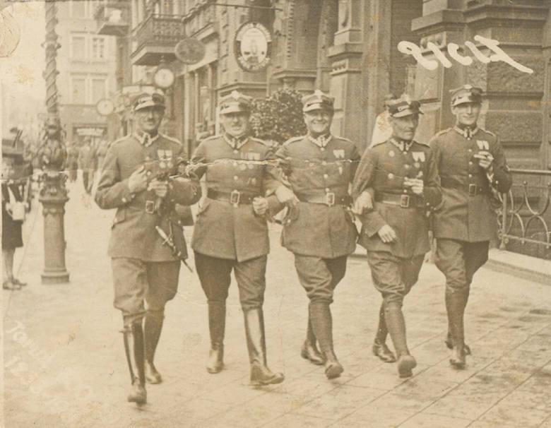 Przedwojenny Toruń należał do wojska. Ale zwracamy uwagę na uliczne zegary. Przy Rynku Staromiejskim były tak liczne, że nazywano go placem zegarowym