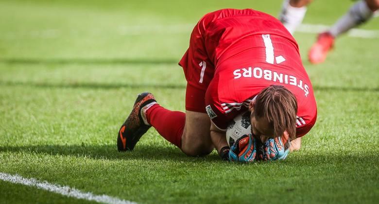 Kolejny raz nie dał plamy. Trzecie czyste konto w sezonie, a dwudzieste w ogóle w żółto-niebieskich barwach zaliczył w spotkaniu z Lechem Poznań. Na