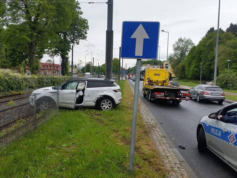 Do kraksy doszło w środę, 15 maja, na ul. Walczaka w Gorzowie. Kierująca land roverem uderzyła w renault i wpadła na torowisko.Kierująca land roverem