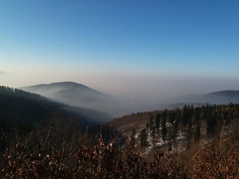 Koncentrowaniu się zanieczyszczeń powietrza sprzyjają nie tylko określone warunki atmosferyczne, ale również ukształtowanie terenu.