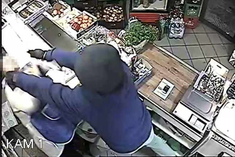 Sprawca napadu na sklep został nagrany przez monitoring