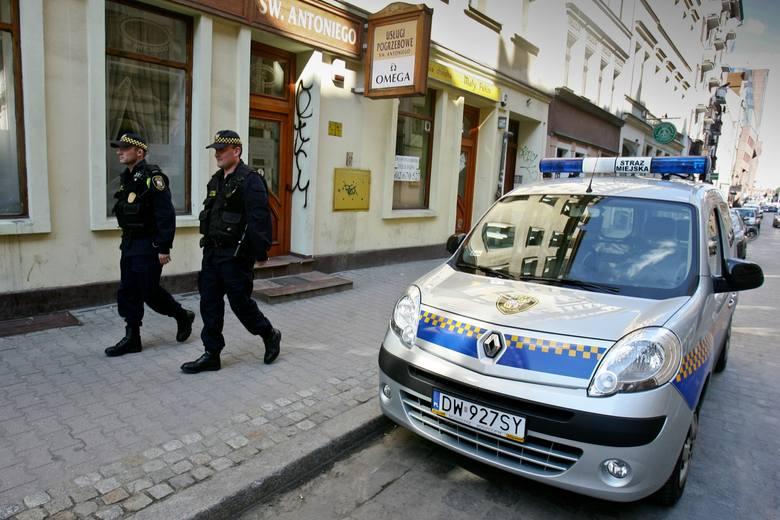 Wrocław: Straż miejska płaci za brak biletu parkingowego. Policja parkuje za darmo