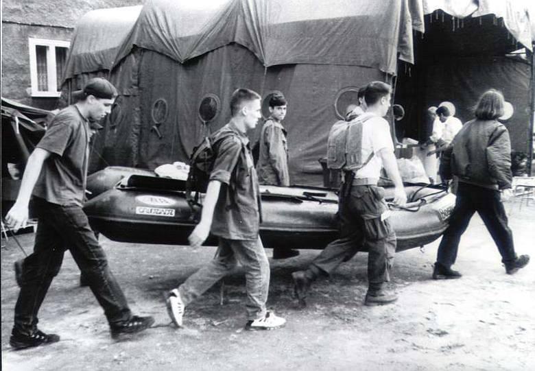 Powódź 1997 w Opolu. Harcerze pomagają w akcji.