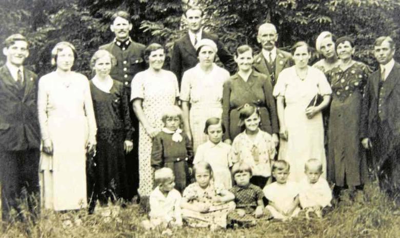 Uczniowie szkoły w Ludwikówce Strzałkami zaznaczono rodzeństwo Mazurczaków - Stefania i Władysław