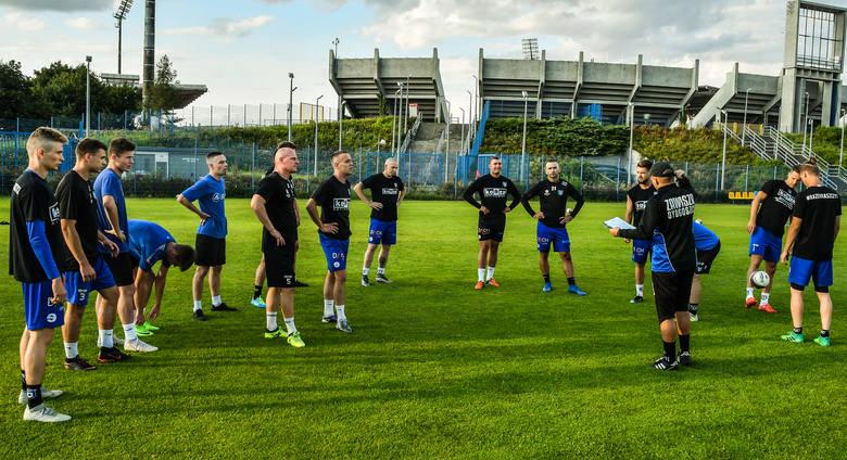 Piłkarze beniaminka IV ligi spotkali się w czwartkowy wieczór na obiekcie CWZS Zawisza na pierwszych zajęciach. Trenowali na bocznym boisku przy ul.
