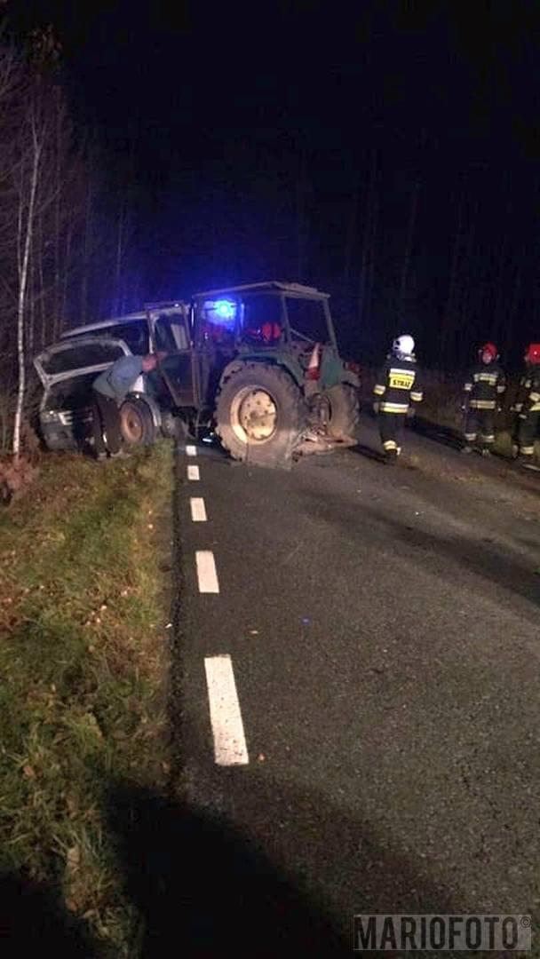 Traktor zderzył się z samochodem osobowym. Wypadek na lokalnej drodze Komprachcice-Szydłów