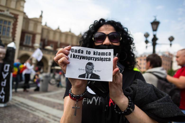 """Kraków. Aktywiści na Rynku Głównym: """"Mamy dość demolowania naszego kraju"""". Emocji nie brakowało [ZDJĘCIA]"""