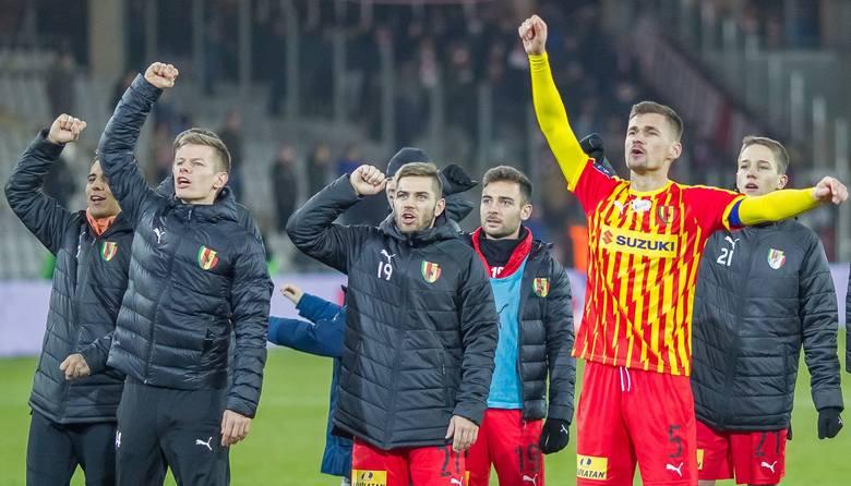 Piłkarze Korony Kielce po dobrym meczu pokonali Pogoń Szczecin 1:0 w PKO Ekstraklasie. Zasłużyli na słowa pochwały, ponieważ od 45 minuty grali w dziesiątkę.
