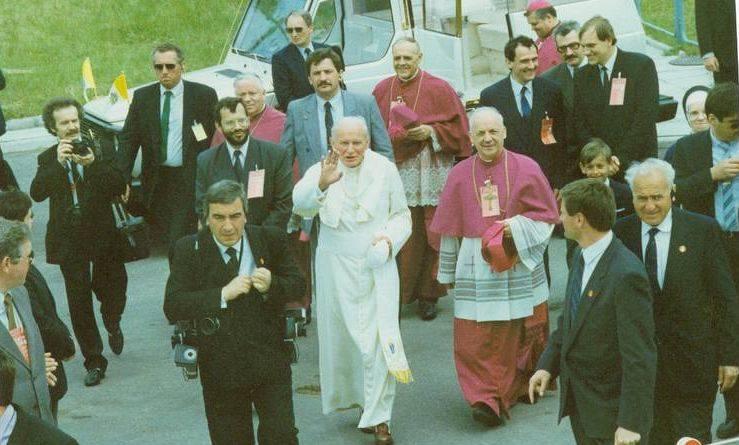 Mija 29 lat od wizyty Jana Pawła II w Kielcach i Masłowie. 3 czerwca 1991 roku śmigłowiec z papieżem wylądował na stadionie lekkoatletycznym na Pakoszu.