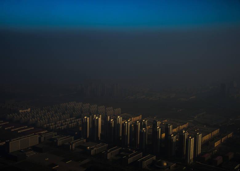Pierwsze miejsce w kategorii Współczesne Problemy zdjęcie pojedyncze. Tiencin - miasto w północnych Chinach we mgle.