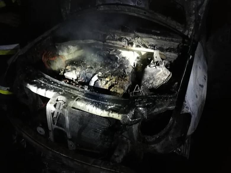 Dzisiaj (środa) około pierwszej w nocy doszło do pożaru samochodu osobowego w miejscowości Bielsko. Auto doszczętnie spłonęło. Pożar gasili strażacy