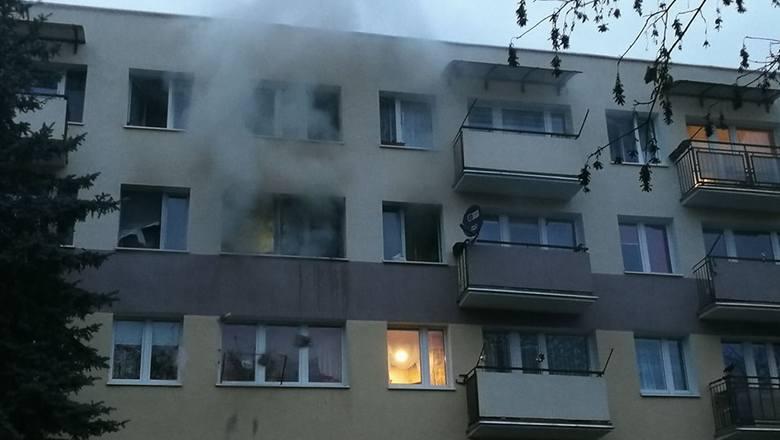 Ogień pojawił na 3 piętrze w bloku przy ul. 14 Pułku Piechoty 19 we Włocławku przed godziną 16.Po wejściu do mieszkania strażacy znaleźli nieprzytomnego