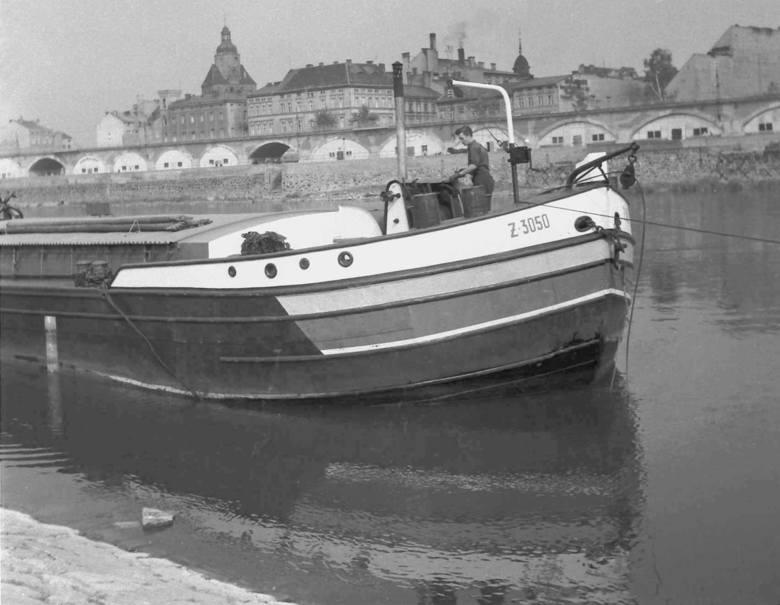 Kurt Mazur przyjechał do Gorzowaw 1945 r. z ojcem Eugeniuszem. Wkrótce zaczął robić miastu zdjęcia. Wykonał ich setki. Pokazują miasto, jego mieszkańców,