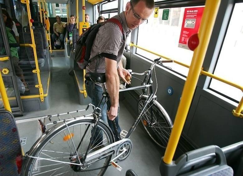 Łódzcy rowerzyści nadal mogą przewozić swoje jednoślady w każdym pojeździe MPK Łódź. Zarząd Dróg i Transportu chciał zmienić zasady przewozu rowerów