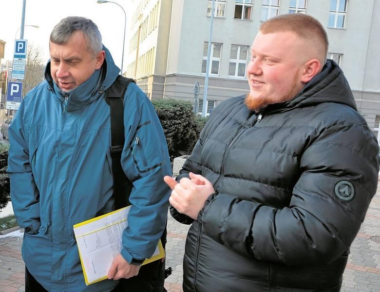 """Przemysław Kownacki (z prawej) walczył o przestrzegania prawa, czyli malowanie linii na parkingach. Nie zgadza się, by członkowie jego stowarzyszenia nazywani byli """"cwaniaczkami"""". O to procesował się z Sebastianem Putrą Jerzy Rożko (z lewej)"""
