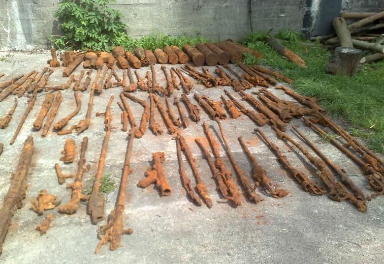Bron znaleziona w lesieNiecodzienne znalezisko w lesie pod Trzebiezą. Poszukiwacze skarbów trafili na arsenal broni z II wojny światowej.