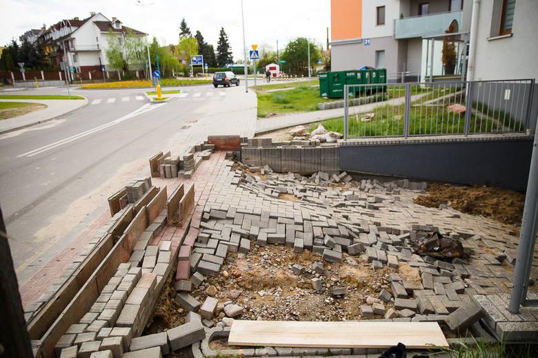 Następnego dnia po ulewie mieszkańcy bloków przy ul. Kujawskiej mieli pełne ręce roboty. Spod błota wydobywali swoje rowery, sprzęty elektryczne, dziecięce zabawki i oczywiście samochody.